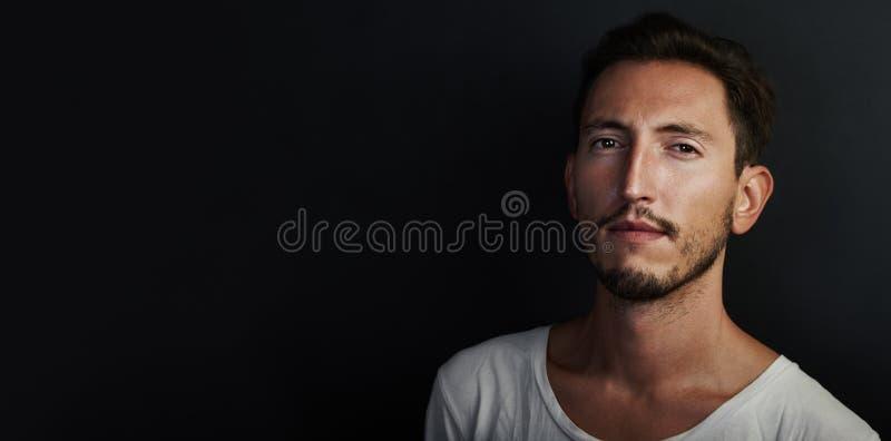 Портрет милой футболки молодого человека нося белой стоковые изображения