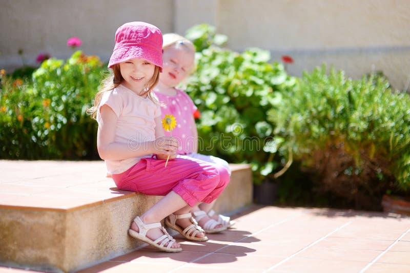 Download Портрет 2 милых маленьких сестер Стоковое Фото - изображение насчитывающей день, пинк: 41660744