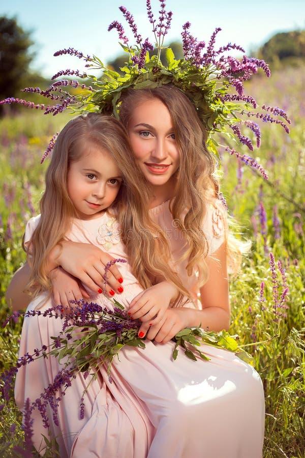 Портрет 2 милых сестер в элегантных платьях стоковое изображение rf