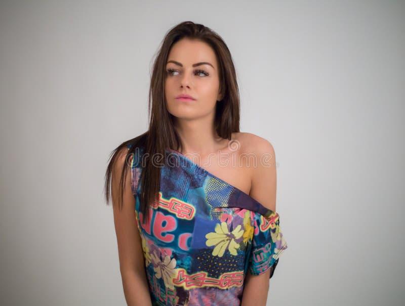 Портрет моды близкий поднимающий вверх молодой сексуальной красивой женщины брюнет стоковое изображение rf