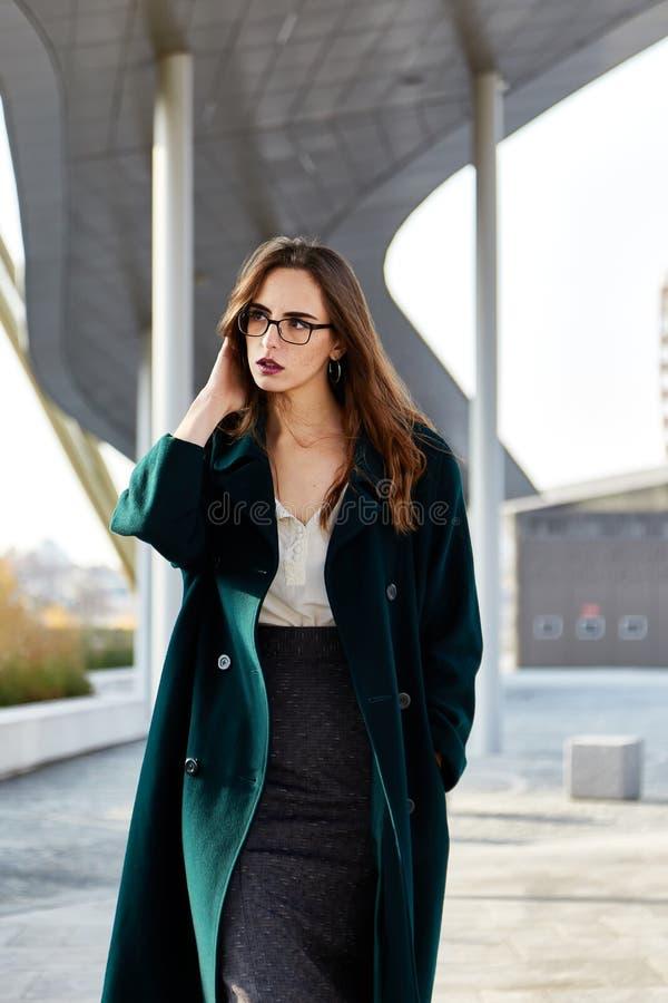 Портрет моды женщин с длинными волосами нося зеленое пальто стоковое фото