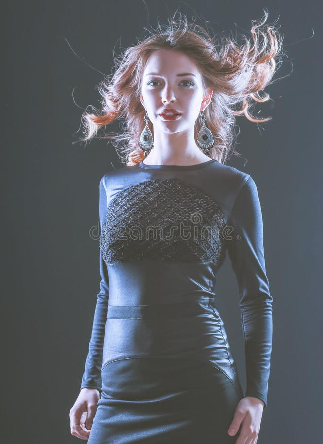 Портрет моды красивой модельной девушки нося черное платье стоковое фото