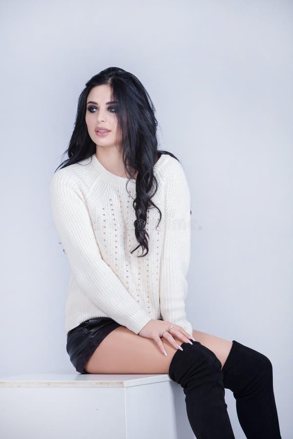 Портрет моды красоты молодой красивой девушки брюнет с длинными черными волосами Сторона красотки красивейшая длинняя женщина пор стоковые фотографии rf