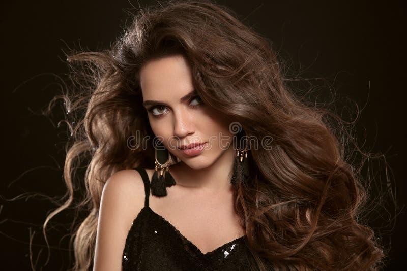 Портрет моды красоты шикарной сексуальной женщины брюнет с lon стоковые фотографии rf