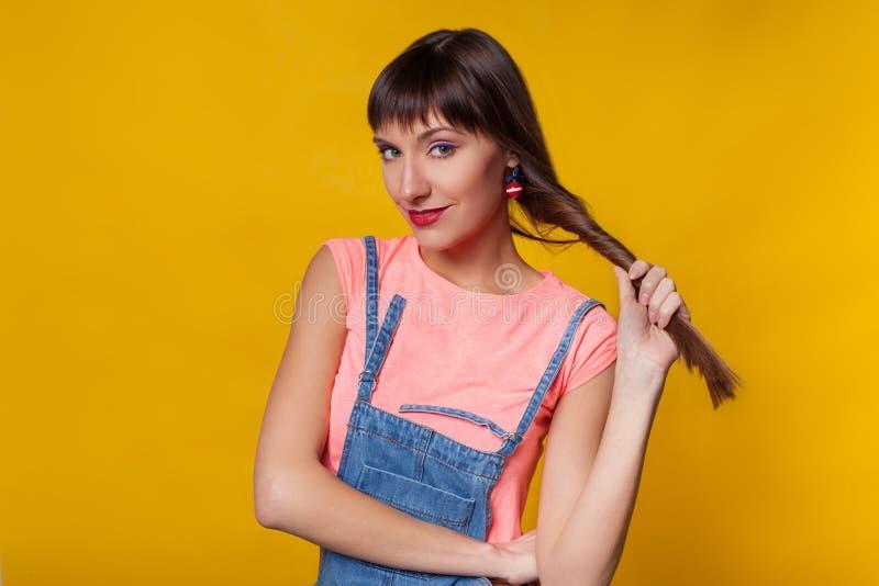 Портрет моды крупного плана красивой модельной женщины с ярким макияжем r Изолированный на оранжевое или желтое красочном стоковое изображение rf