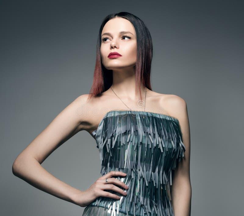 Портрет моды крупного плана молодой женщины в красивом сером платье стоковые фото