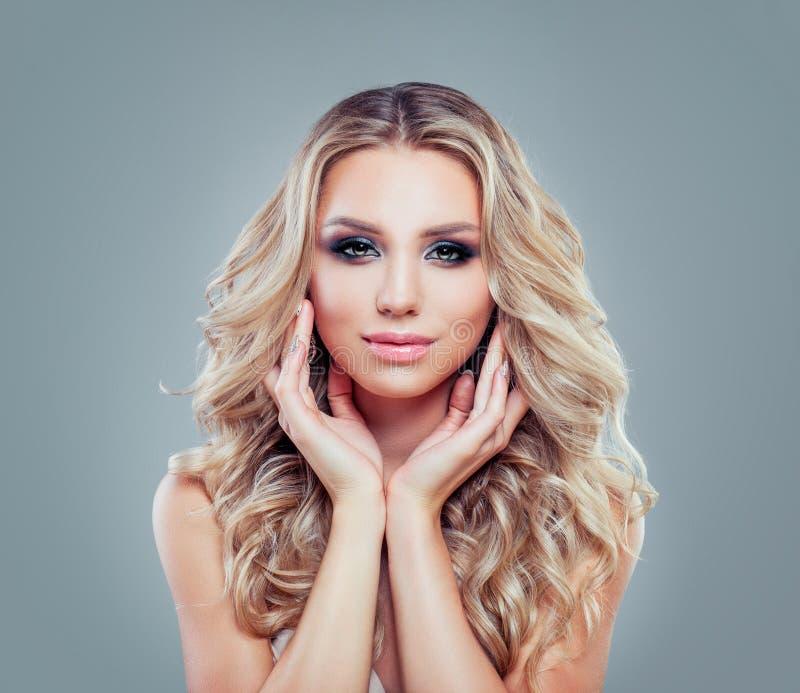 Портрет моды молодой белокурой женщины с длинным вьющиеся волосы стоковое изображение