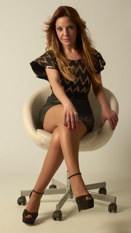 Портрет моды молодой женщины в кожаном стуле стоковое фото