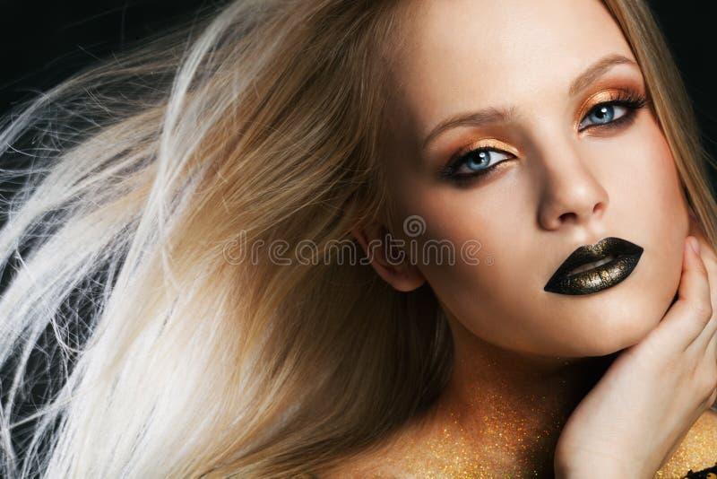 Портрет моды молодой кавказской модели с золотым сверкнает на ее шеи стоковые фотографии rf
