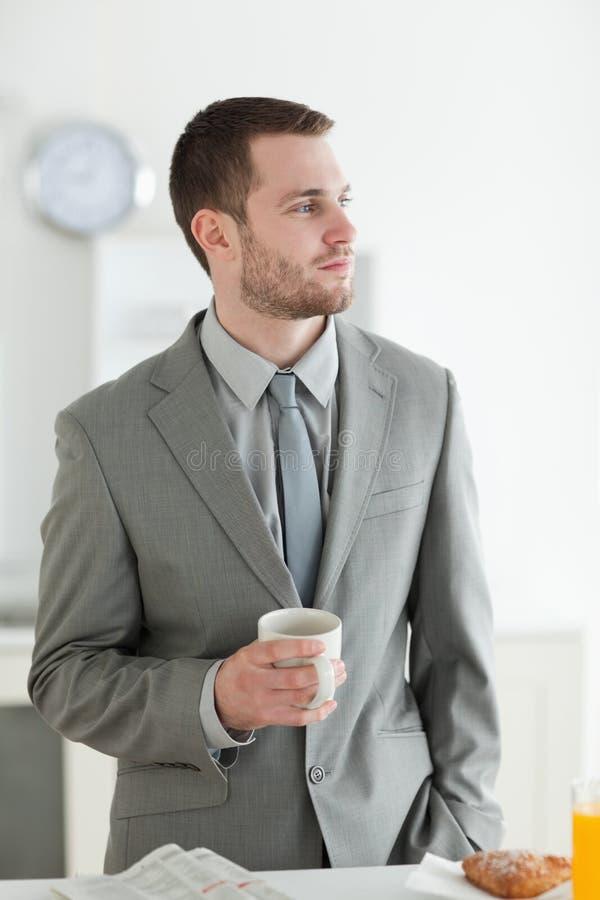 Портрет молодого бизнесмена имея завтрак стоковое фото rf