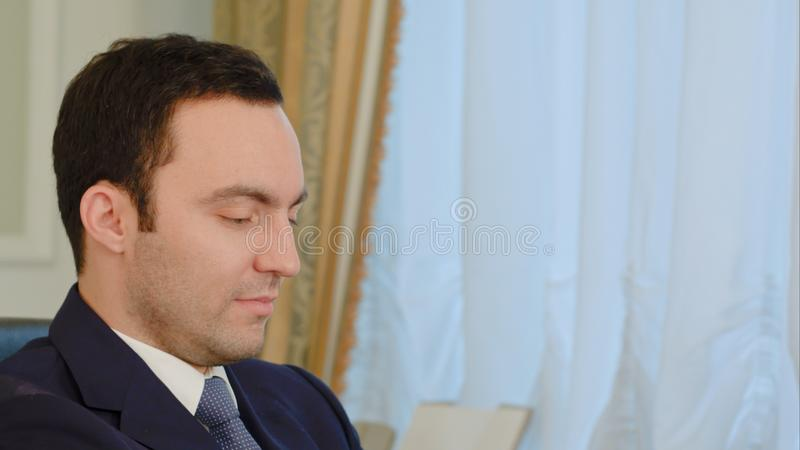 Портрет молодого бизнесмена используя компьтер-книжку стоковое изображение rf