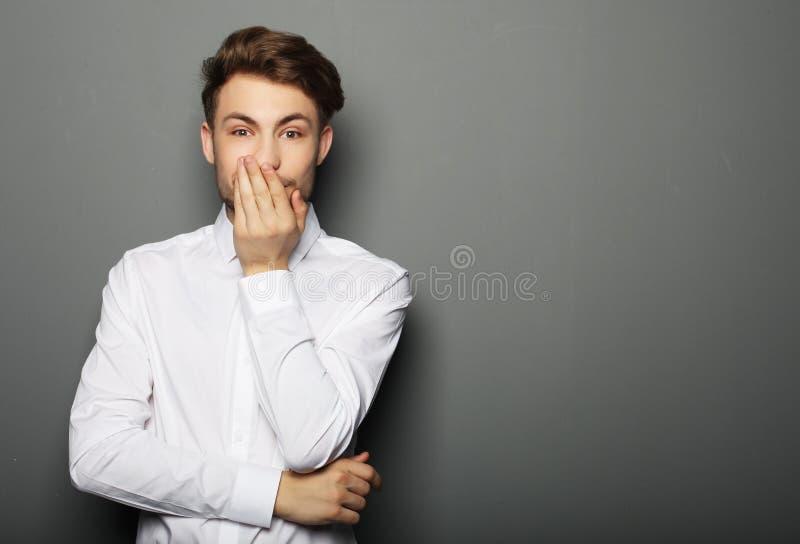 Портрет молодого бизнесмена испуганного и вспугнутого что-то стоковое фото rf