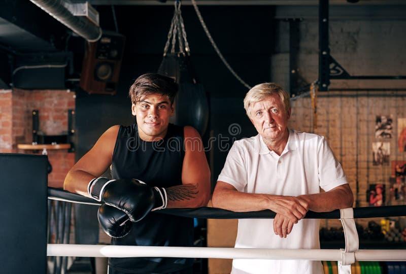 Портрет молодого боксера с его зрелым тренером стоковые фотографии rf