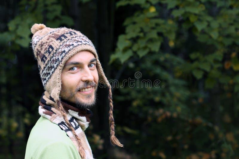 Портрет молодого бородатого человека в теплой этнической шляпе на осени для стоковое изображение rf