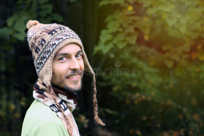 Портрет молодого бородатого человека в теплой этнической шляпе на осени для стоковая фотография