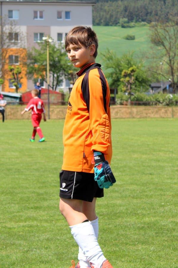 Портрет молодого голкипера футбола который смотрит к камере стоковое фото