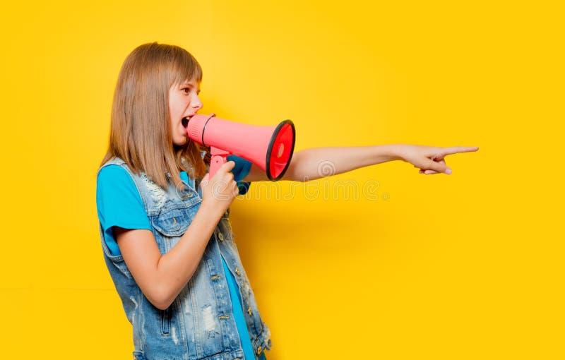 Портрет молодого девочка-подростка с мегафоном стоковые фото