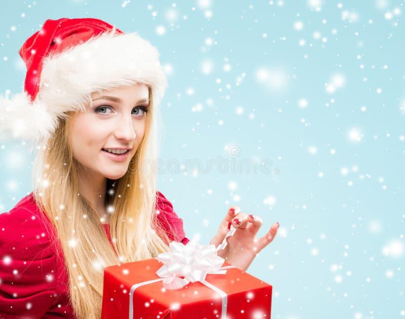 Портрет молодого, довольно и счастливый девочка-подросток с Christma стоковые фото