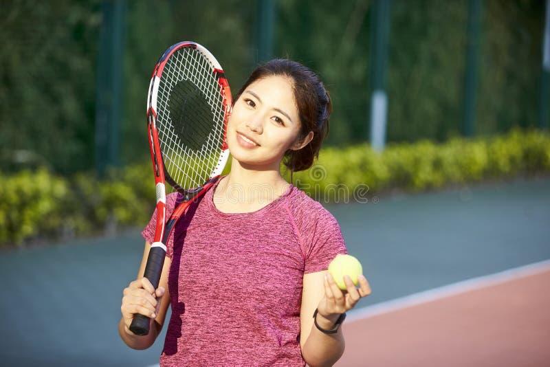 Портрет молодого женского азиатского теннисиста стоковая фотография rf