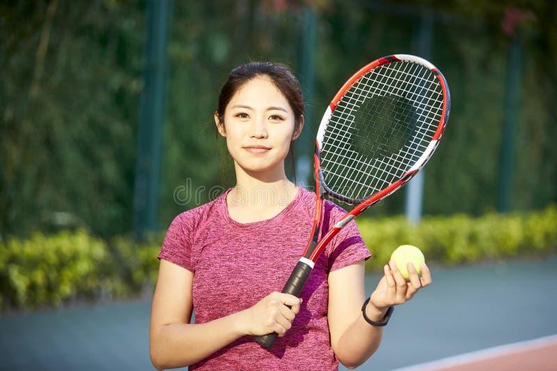 Портрет молодого женского азиатского теннисиста стоковые изображения rf
