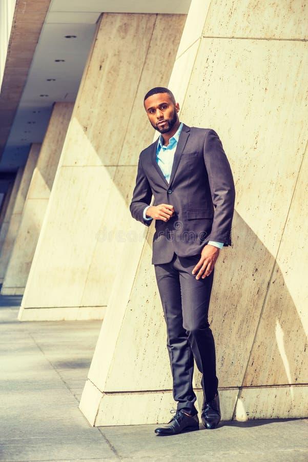 Портрет молодого красивого Афро-американского бизнесмена стоковые фотографии rf