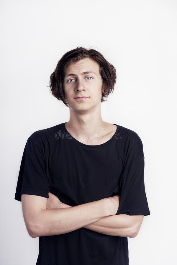 Портрет молодого красивого взгляда человека битника удивил разочарование, черную футболку, белую предпосылку стоковые изображения rf