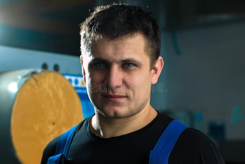 Портрет молодого красивого работника кавказского возникновения Человек с сильн-завещанным человеком смотрит прямо в камеру стоковое фото rf