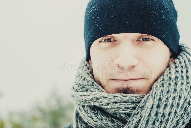 Портрет молодого красивого человека с бородой красивейшие перчатки девушки зеленеют уклад жизни ландшафта над зимой снежка шарфа стоковые изображения