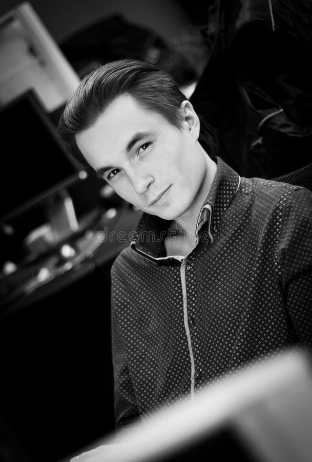 Портрет молодого милого парня в рубашке в установке офиса, черно-белое изображение стоковое фото rf