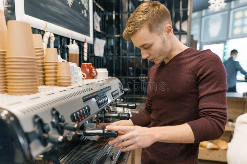 Портрет молодого мужского barista делая напитки Концепция дела кофейни стоковые фотографии rf