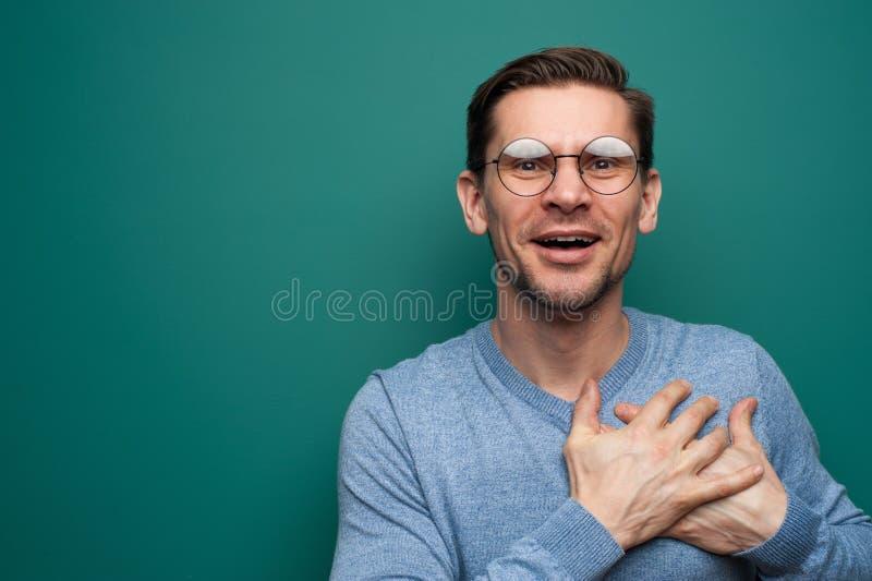 Портрет молодого положительного человека стоковое фото rf