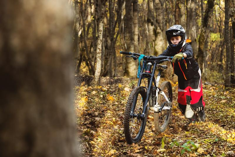 Портрет молодого предохранения от всадника полностью анфас маски и перчаток шлема на велосипеде стоковая фотография rf