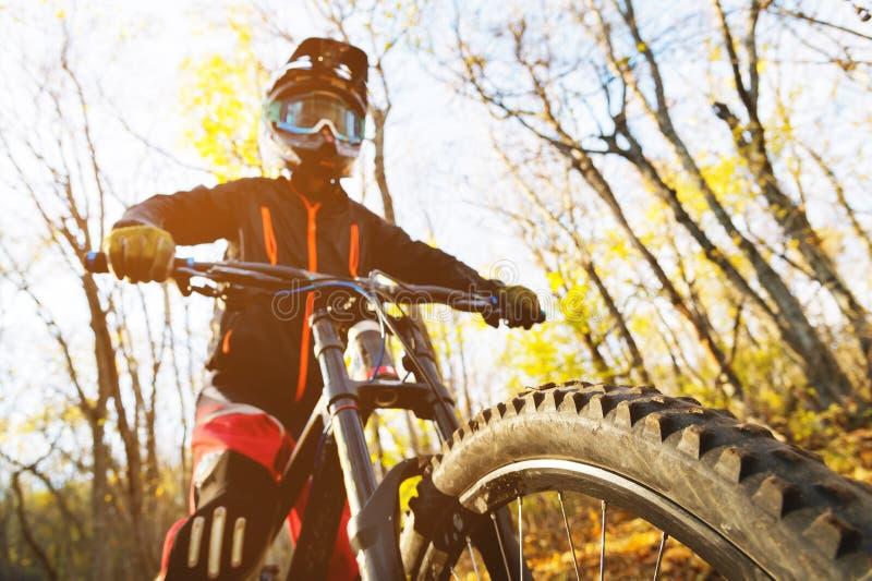 Портрет молодого предохранения от всадника полностью анфас маски и перчаток шлема на велосипеде стоковые изображения