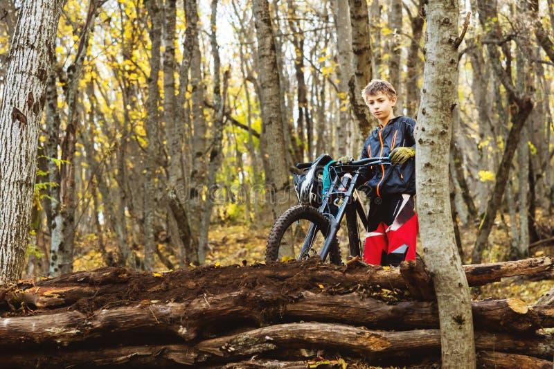 Портрет молодого предохранения от всадника полностью анфас маски и перчаток шлема на велосипеде стоковые фотографии rf