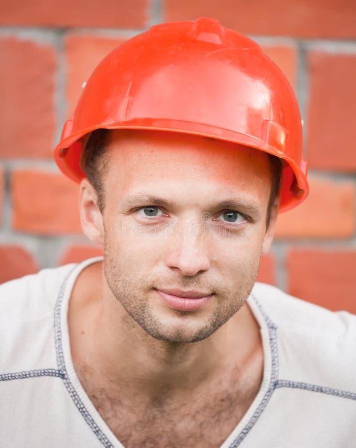 Портрет молодого рабочий-строителя стоковое изображение