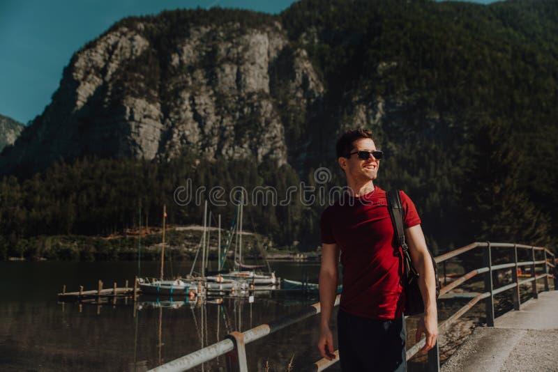 Портрет молодого счастливого человека перед озером горы стоковая фотография