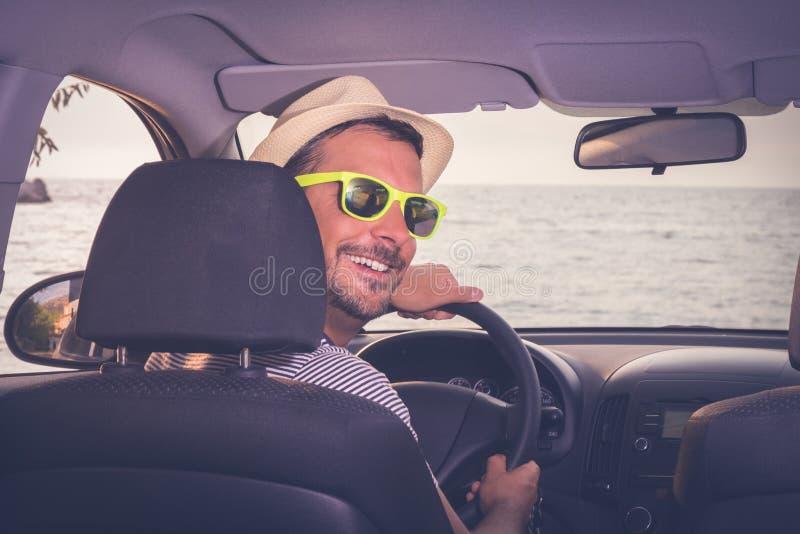 Портрет молодого туристского водителя автомобиля Перемещение и летние каникулы стоковое изображение