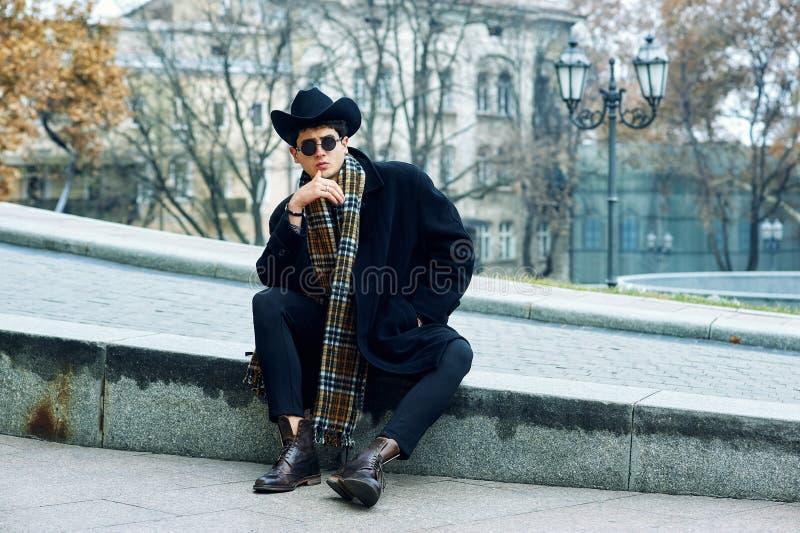 Портрет молодого человека в городе стоковое изображение rf