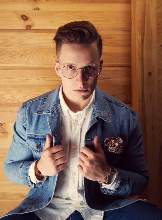 Портрет молодого человека в куртке джинсовой ткани стоковое фото