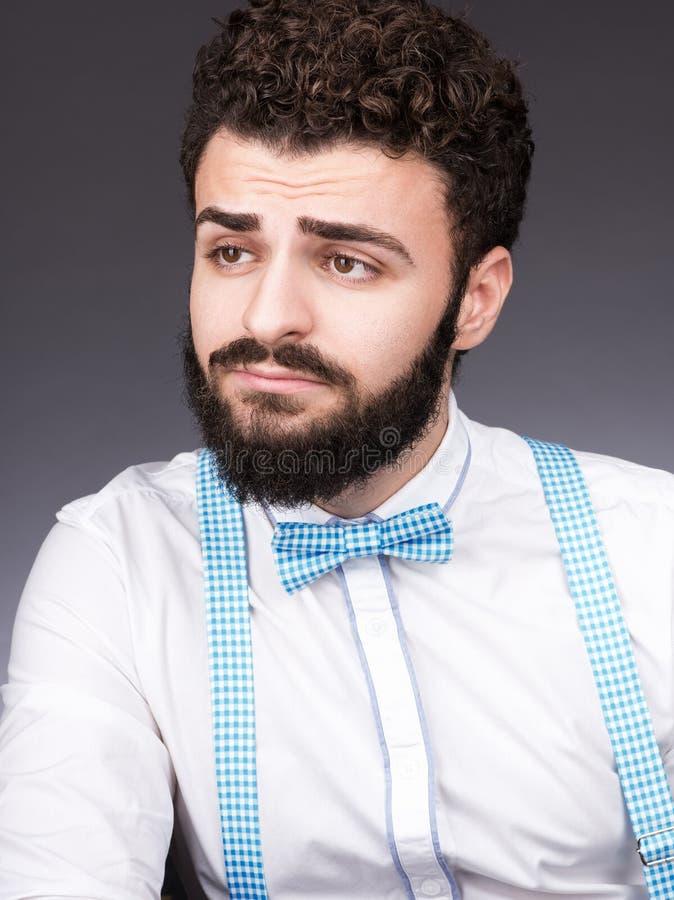 Портрет молодого человека с бородой и усиком Стильное возникновение, подтяжки стоковое фото rf