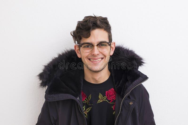 Портрет молодого человека с усмехаться стоковое фото