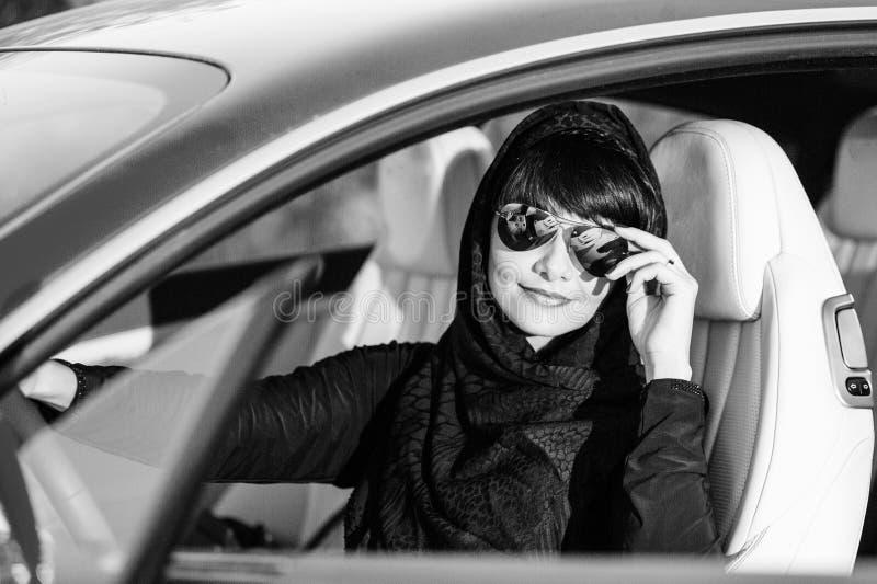 Портрет молодой арабки с ее красивыми голубыми глазами в традиционном средне-восточном платье стоковые фотографии rf