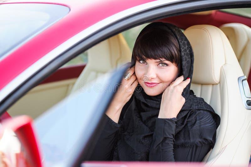 Портрет молодой арабки с ее красивыми голубыми глазами в традиционном средне-восточном платье стоковое фото