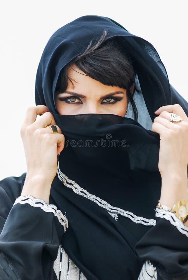 Портрет молодой арабки с ее красивыми голубыми глазами в традиционном средне-восточном платье стоковое фото rf