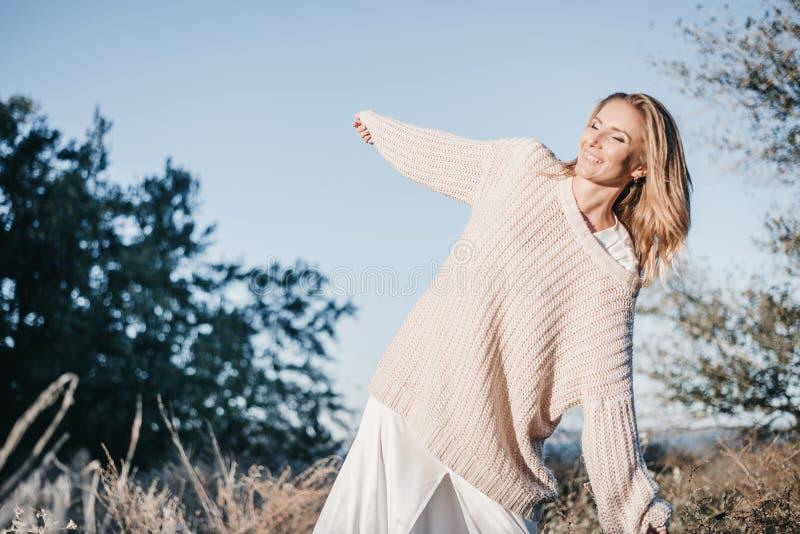 Портрет молодой белокурой девушки в теплом светлом свитере быть внешний стоковые изображения rf