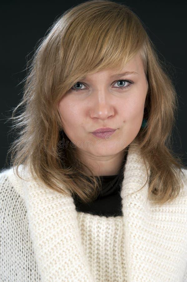 Портрет молодой белокурой женщины, делая стороны стоковое изображение