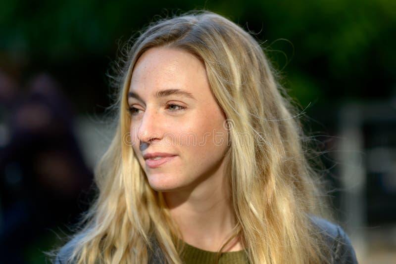 Портрет молодой белокурой женщины смотря прочь стоковая фотография
