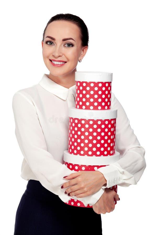 Портрет молодой бизнес-леди держа подарочные коробки стоковые изображения rf