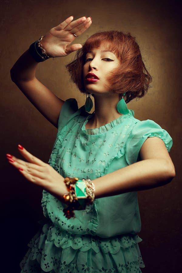 Портрет молодой девушки Востока восточной с модным положением armlets аксессуаров в воюя позиции и готовый для того чтобы атакова стоковая фотография