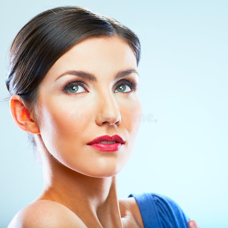 Портрет молодой женщины близкий поднимающий вверх с нагим плечом, голубым платьем стоковое фото rf